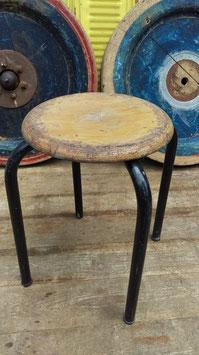 einfacher alter Werkhocker Hocker nr. 2109