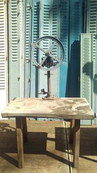 sehr alter Werktisch Eiche mit Dosenverschlusskurbel