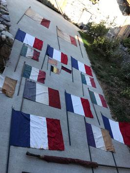 Konvolut alter französischer Flaggen aus Stoff Frankreich