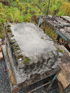 schöner alter Zierstein Podest aus Steinguss für den Garten Nr 2912