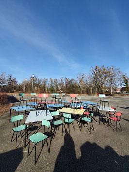 großer Posten 10 bunte Tische und 23 Stühle aus den 50ern