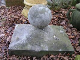 große Pfeilerabdeckung mit Kugel Sandstein