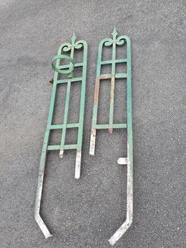 Superschönes Paar alter Zaunpfosten als Rankgitter im Garten mit Ringen für Töpfe Nr 2007