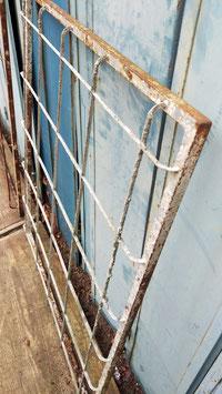 Schlichte alte Fenstergitter 0611