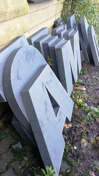 sehr große alte Buchstaben grau 1306
