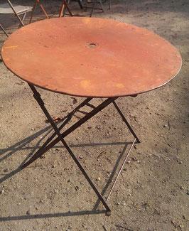 alter Gartentisch rund rötlich