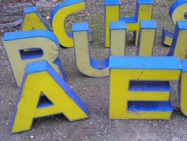 alte Buchstaben zum Beleuchten gelb-blau rest