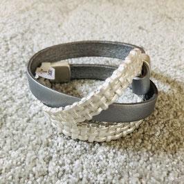 Leder Armband in Grau/Silber in sich verschlungen