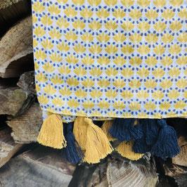 Blau/Gelb/Weiß gemustertes Tuch mit Quasten