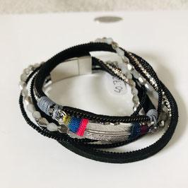 Armband schwarz mit bunten Elementen und einer silbernen Feder mit Magnetschließe
