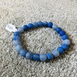 Blaues Armband in verschiedenen Blau-Tönen