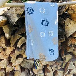 Hellblauer Schal mit Print in Bronze, Weiß und Dunkelblau