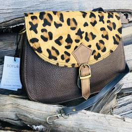 Längliche Tasche in Braun mit Fell im Animal Print und abgerundeten Ecken