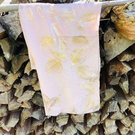 Rosa farbenes Tuch mit rosegoldenen Blättern