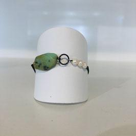 Edles silbernes Armband mit grünem Stein und weißen Perlen