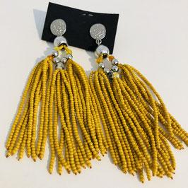 Gelbe Ohrringe aus vielen einzelnen Perlen-Strängen