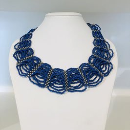 Kette bestehend aus vielen blauen Kreisen mit kleinen Perlen
