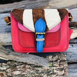 Rechteckige Handtasche in Rot/Pink mit braunem Fell-Besatz von Soruka