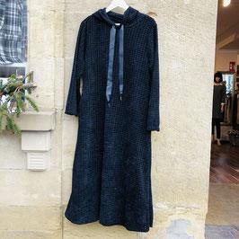 Schwarzes Kleid in Waffel-Optik