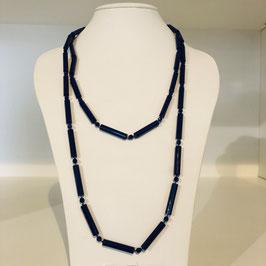 Lange blaue Kette mit Stäbchen und kleinen Kugeln, kann doppelt getragen werden