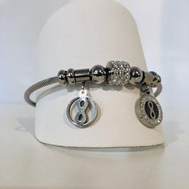 Silbernes Armband mit mehreren hängenden Elementen