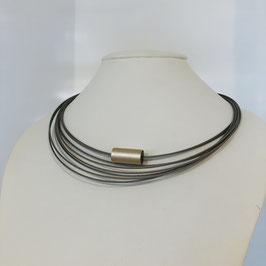 Silberne Designer-Kette Step by Step mit mehreren Strängen und kupferfarbenem Element