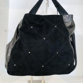 Schwarze Tasche mit dunkelgrauen Applikationen und Strasssteinen
