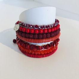 Rotes Designer-Wickel-Armband in verschiedenen Rot-Tönen