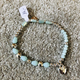 Türkis/hellblaues Armband mit kleinen silbernen Elementen und einem Herz