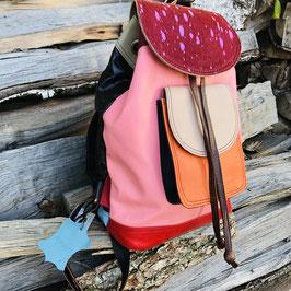 Toller Rucksack aus recyceltem Leder in Rosa/Rot und Pink mit Fellbesatz an der Klappe von Soruka