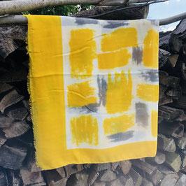 Tuch in einem warmen Gelb-Ton mit grauen und weißen Elementen