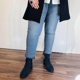 Blau-weiß gestreifte Jeans mit feinem Fransen-Saum von KjBrandt