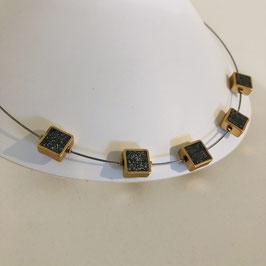 Feine Halskette aus einem silbernen Draht mit braun/goldenen Quadraten