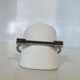 Silberner Armreif mit länglichem schmalen Element / futuristisch