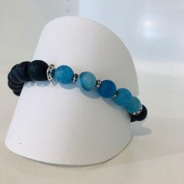 Armband aus hell- und dunkelblauen Perlen
