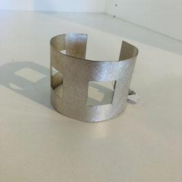 Silberner Designer-Armreif von Petra Meiren mit ausgestanzten Quadraten