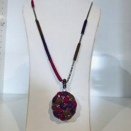 Lange Halskette mit funkelnden Steinen und einem runden Anhänger in verschiedenen Rosa-/Lilatönen
