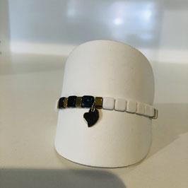 Armband mit schwarzen und weißen quadratischen Elementen und goldenen Details