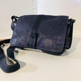 Dunkelblaue Umhängetasche aus gecrashtem Leder mit Strassstein von VOI