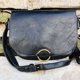 Halbrunde schwarze Umhängetasche mit mattgoldener Druckknopf-Schließe vorne