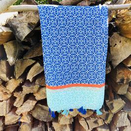 Blau/Türkis farbener Schal gemustert mit Quasten und orangenem Streifen