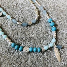 Kette in hellblau / türkis mit feinen silbernen Elementen