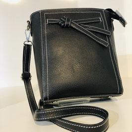 Schwarze Tasche mit abgesetzten weißen Nähten und einer Schleifen Applikation - hochkant