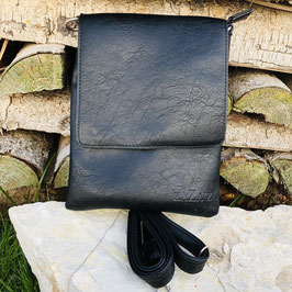 Rechteckige Handtasche zum Umhängen mit Überschlag in Schwarz - Glattleder-Optik mit leichter Strukur