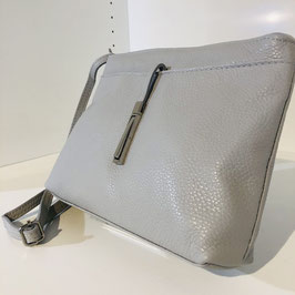 Hellgraue Umhängetasche aus weichem Leder mit Zier-Element vorne