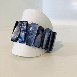 Schimmerndes blaues Armband aus längeren Stäbchen