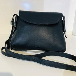 Schwarze Echtledertasche von VOI mit halbrundem Überschlag