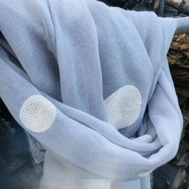 Hellgrauer Schal mit weißen aufgestickten Kreisen