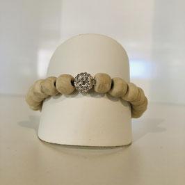 Armband mit weißen Perlen und einem Strass-Element