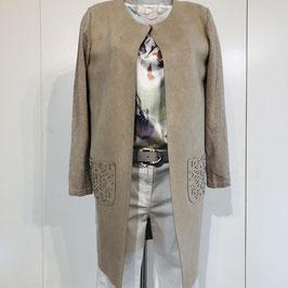 Beige-farbene Jacke mit Ornament-Muster auf der Tasche